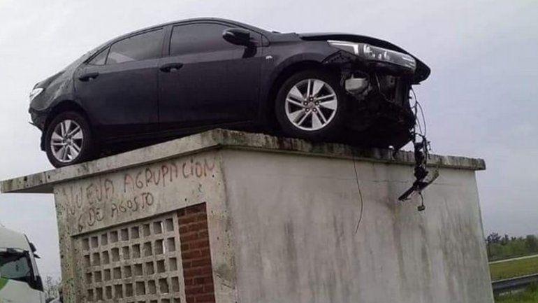 Entre Ríos: un auto despistó y terminó en el techo de una garita de colectivos