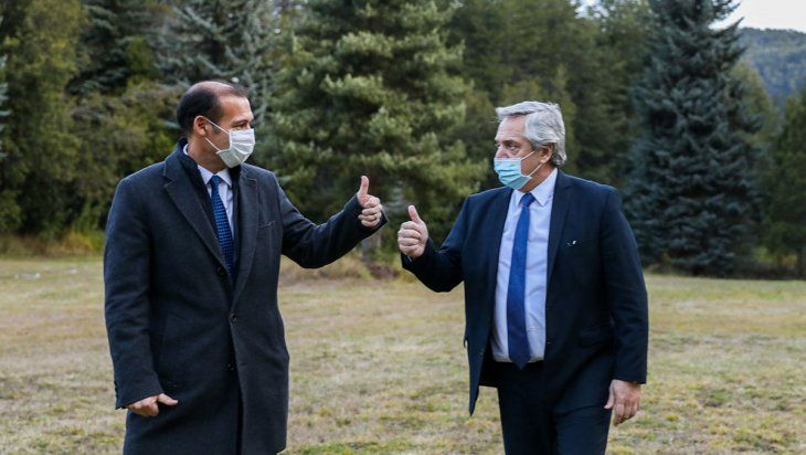 El gobernador neuquino y el presidente durante la visita de Fernández a Villa La Angostura en junio pasado.