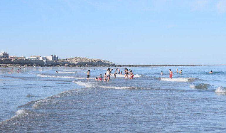 Pese a que aún no adquiere su calidez conocida, mucha gente se metió al agua.
