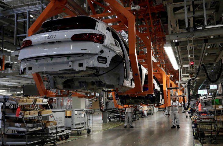 FOTO DE ARCHIVO: Empleados trabajan en una línea de producción del Audi Q5 2.0 de la planta del fabricante de automóviles alemán durante una gira de prensa en San José Chiapa