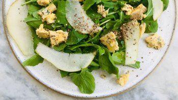 temporada de ensaladas: rucula, pera, quinoa tostada y queso azul