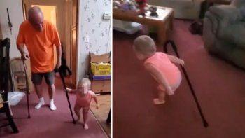 Bebé imita el caminar de su abuelo y enternece todo TikTok