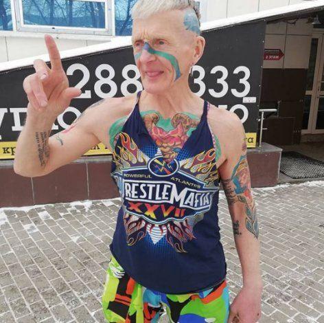 YouTube: un hombre de 74 años es viral por hacerse más de 60 tatuajes en tiempo récord