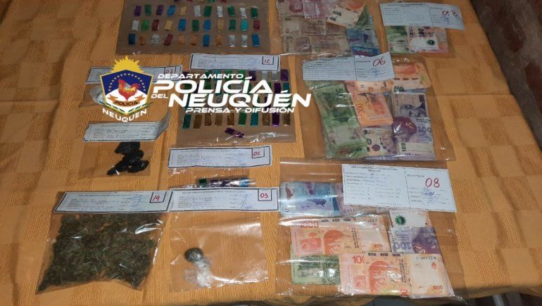 En el kiosco narco allanado secuestraron una importante cantidad de droga y dinero en efectivo.