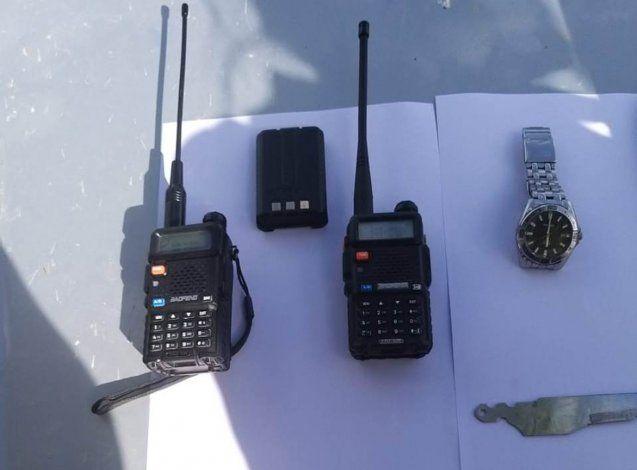 Los instrumentos secuestrados, con los que sospechan que anulaban las alarmas de los autos para robar.