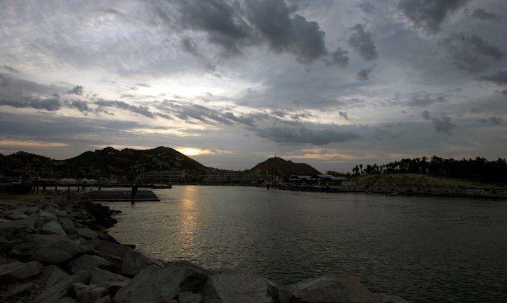 Una vista general de la playa de Los Cabos en el estado mexicano de Baja California cuando el huracán John se acerca a la zona el 31 de agosto de 2006. Los hoteles de lujo enviaron a turistas