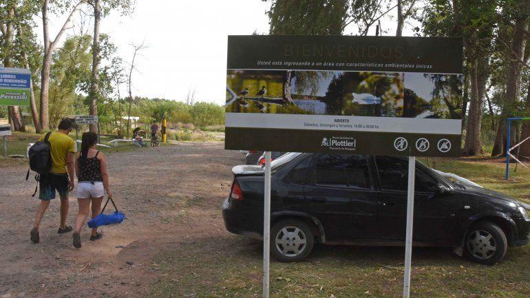 Cientos de vecinos disfrutan de los senderos y espacios verdes a orillas del río Limay.