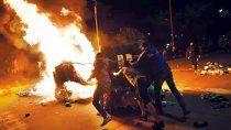 caos en cali: un muerto y varios autos quemados
