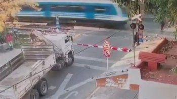 video de una tragedia: cruzo sin mirar las vias y lo atropello el tren