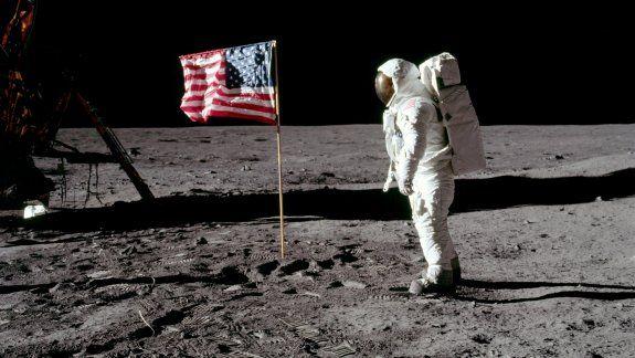 En la imagen, el astronauta Buzz Aldrin posa junto a la bandera estadounidense mientras pisa la superficie lunar el 20 de julio de 1969. Neil Armstrong/NASA/Handout via REUTERS   ATTENTION EDITORS -
