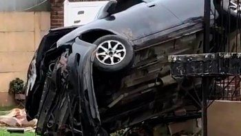 dos hermanitos le robaron el auto al padre y chocaron contra una casa