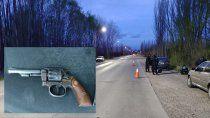 hallaron un arma en un auto estacionado en medio de la banquina