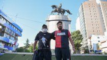 emotivo: padre e hijo despidieron a maradona en el monumento