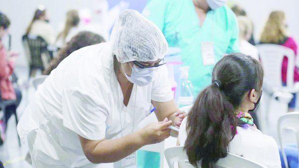 Los adolescentes, de 12 a 17 años, reciben la dosis de Pfizer.