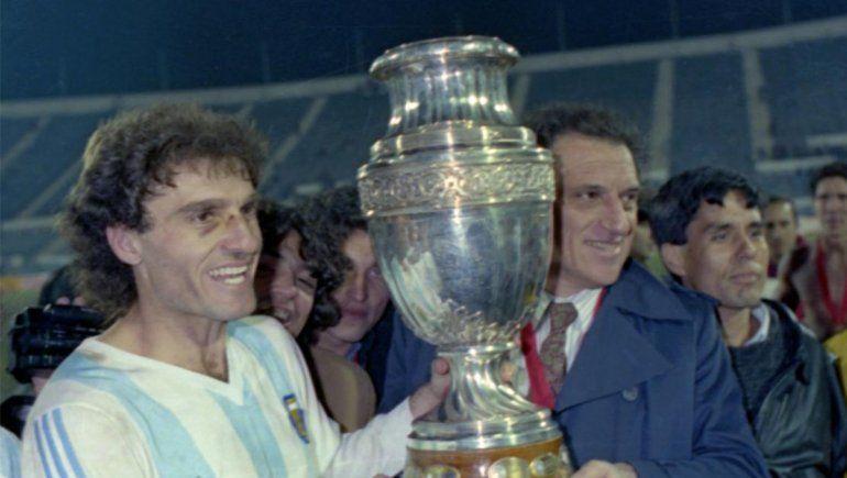 Basile y Ruggeri alzando la Copa América.