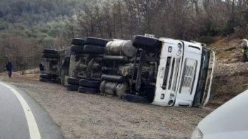 Un camión chileno volcó cerca del paso Cardenal Samoré