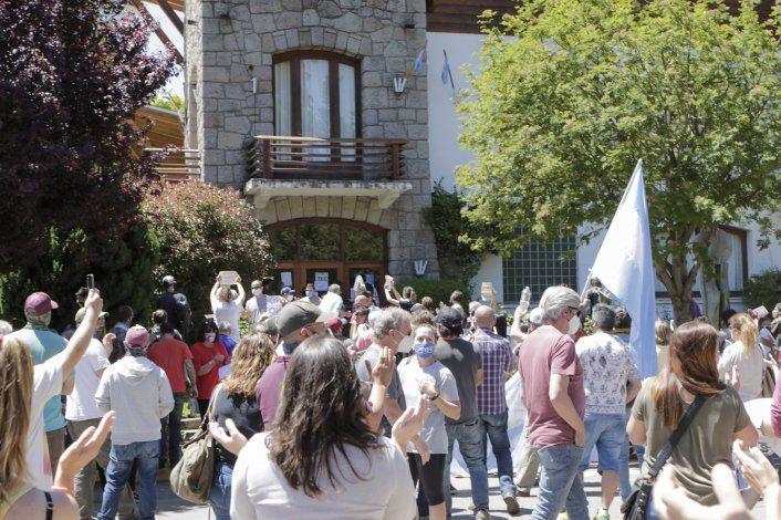 Crece la tensión en San Martín: comerciantes golpearon puertas y ventanas de la Muni