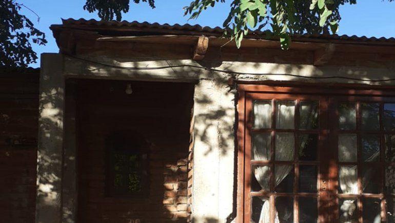 La casa que será destinada a liberados de prisión está ubicada en la calle Moquehue, en el barrio Confluencia.