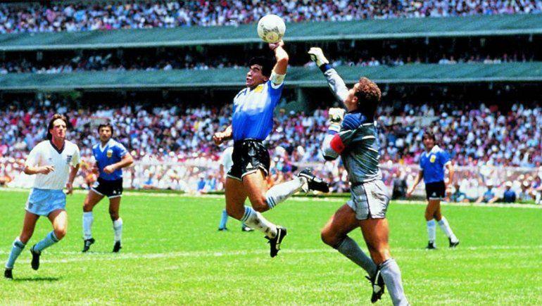La mano de Dios es uno de los goles de Maradona contra Inglaterra con Peter Shilton como arquero | Foto: Archivo