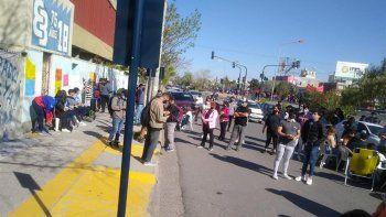 Como la EPET 8 sigue cerrada, dictaron clases en la calle