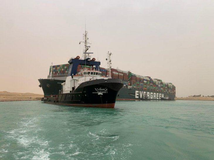 Una embarcación con contenedores fue afectada por fuertes vientos y encalló en el Canal de Suez