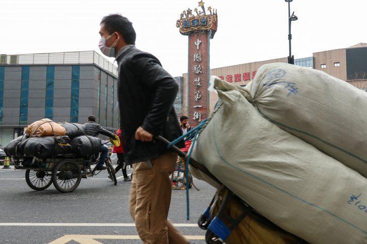Un trabajador lleva una mascarilla para protegerse del coronavirus en un mercado de Hangzhou