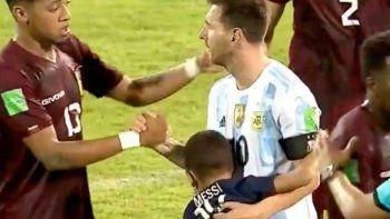 Lio Messi es abrazado por un niño venezolano con la camiseta del PSG en el final del partido.