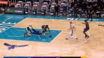 La NBA da para todo, incluso las jugadas ridículas como la que se registró en el partido entre Charlotte Hornets y Detroit Pistons.