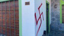 repudio e indignacion por pintadas nazis en viedma