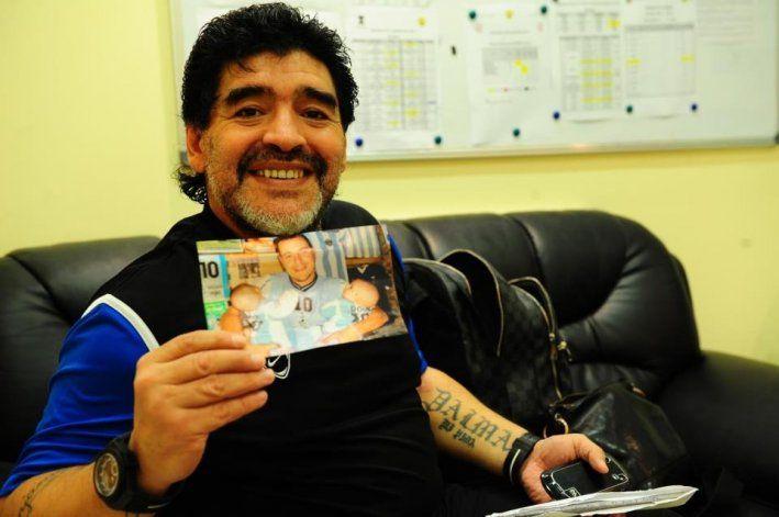 Diego sonríe y muestra la carta y la foto que le mandó a Arabia el papá de las gemelas.