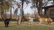 dejo el mundo de los negocios para vivir en comunidad y cuidar perros en una chacra