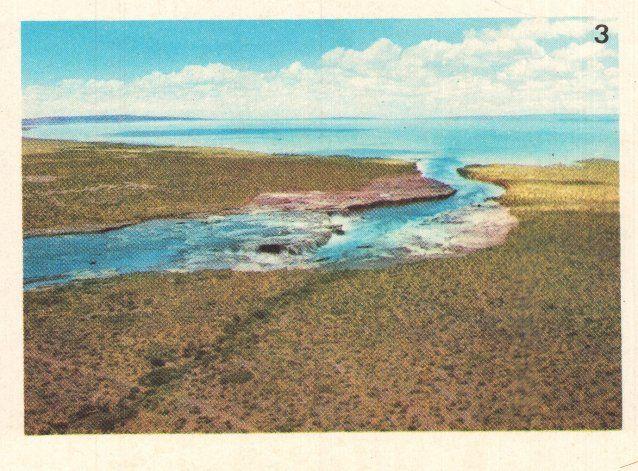 Se cree que esta imagen fue tomada en 1973. Es el ingreso del río Neuquén al Lago Los Barreales.