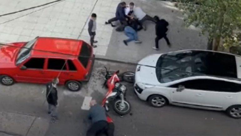 Cansados de la inseguridad, vecinos detuvieron a motochorros y los golpearon