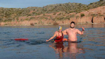 Desafían el frío y nadan todos los días en el Limay