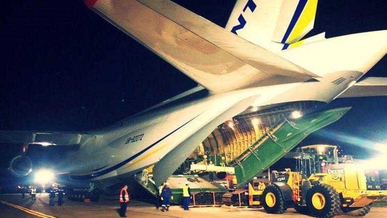 Llegó el Antonov y se pone en marcha el operativo para apagar el incendio de YPF