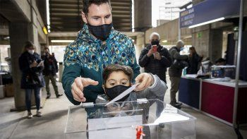 Messi, fue a votar junto a Thiago, su hijo mayor.