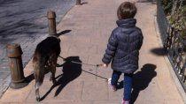 Un nene en Ecuador le pone barbijo a su perro.
