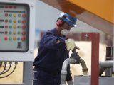 Imagen de archivo. Un trabjador en una fábrica piloto de YPF que refina arena usada en fel racking, un proceso por el cual se extrae petróleo y gas de esquisto bituminoso, en Buenos Aires. 16 de abril