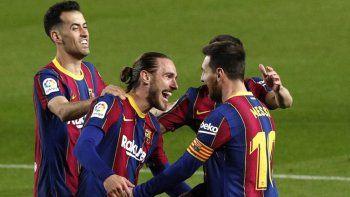 Mingueza y Messi en el juego de Barcelona contra Huesca