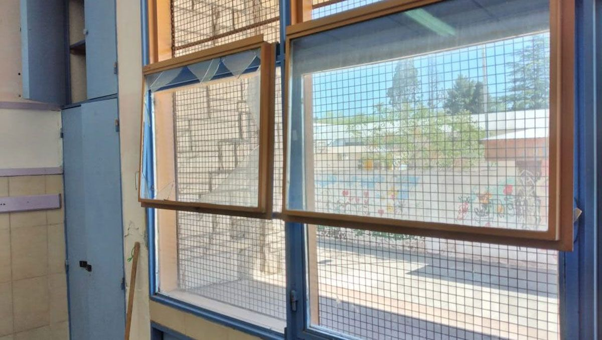 una maestra herida al explotarle dos ventanas en la cabeza
