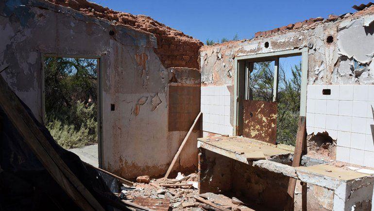 Auca Mahuida, el pueblo abandonado, saqueado y cerrado