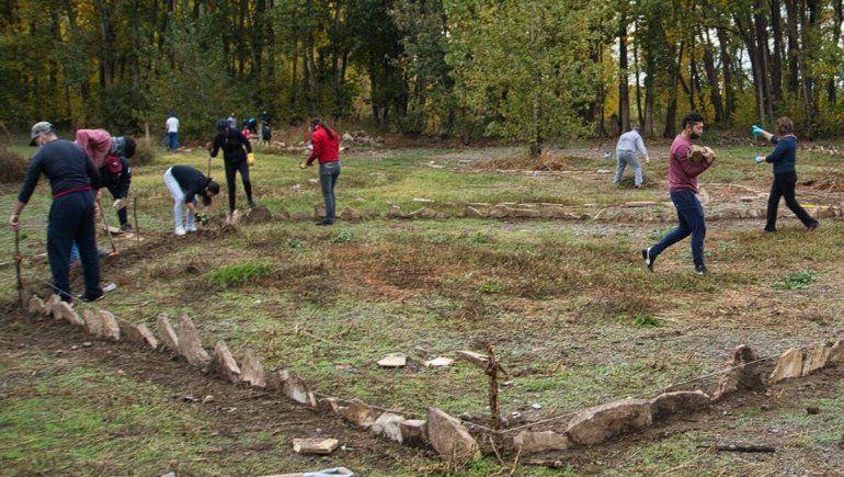 Tras destrozar el Botánico, ciclistas comenzaron las tareas comunitarias en Plottier