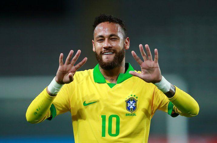 Neymar la rompió en Perú con un hat trick.