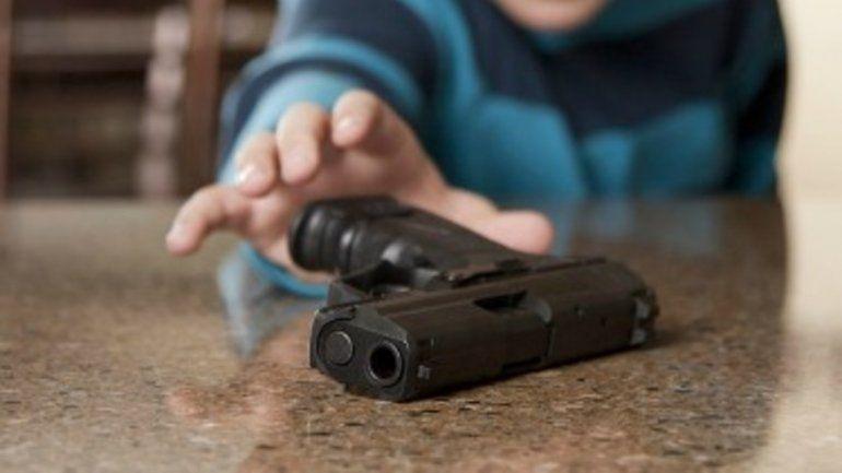 A un adolescente se le escapó un tiro y mató al hermano