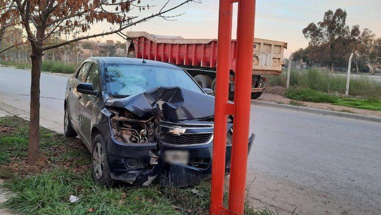 Perdió el control del auto y chocó contra un poste de luz