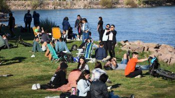 fotos de un domingo primaveral: los neuquinos, casi sin barbijos, se relajaron en el rio