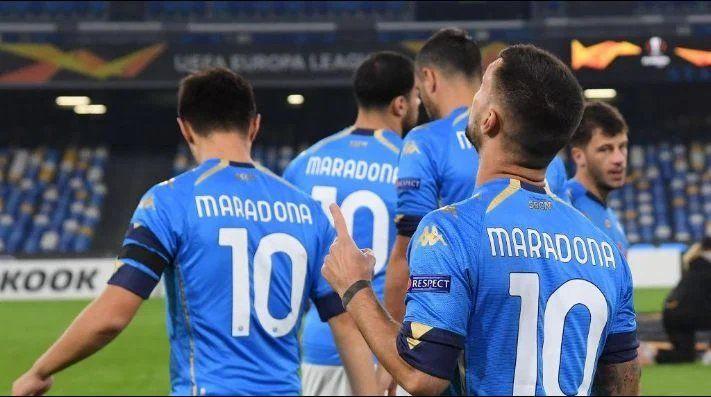 Todo el plantel de Napoli salió el jueves a la cancha con la inolvidable camiseta número 10 de Maradona.