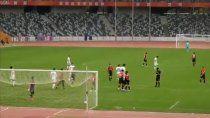 juanfer convirtio su primer gol en china y ¿con un dorsal con chicana a boca?