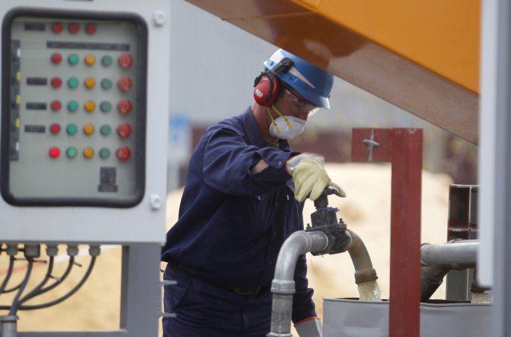 Imagen de archivo. Un trabjador en una fábrica piloto de YPF que refina arena usada en fel racking