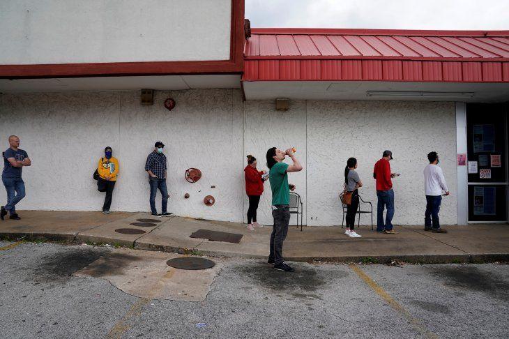 IMAGEN DE ARCHIVO. Personas que perdieron sus empleos esperan en una fila para completar pedidos de seguros por desempleo en medio del brote de coronavirus